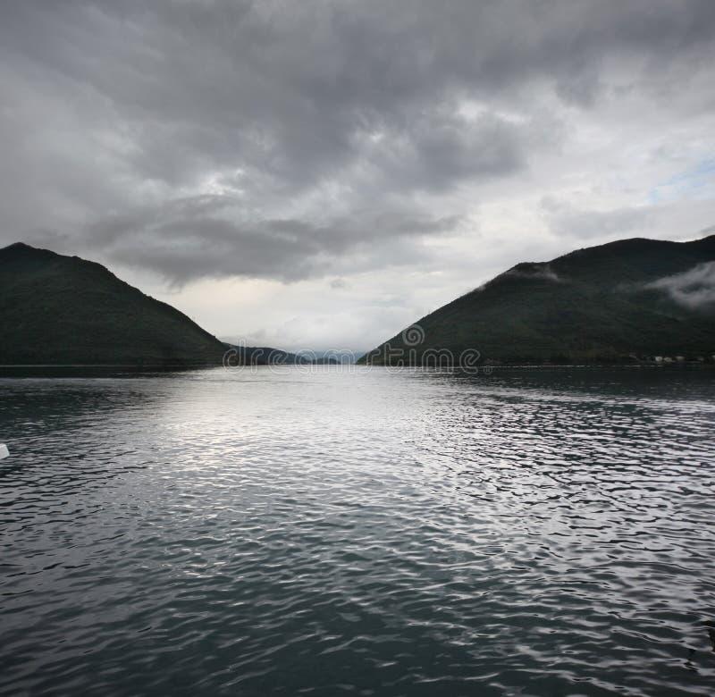 Paisaje del lago y de las montañas fotografía de archivo