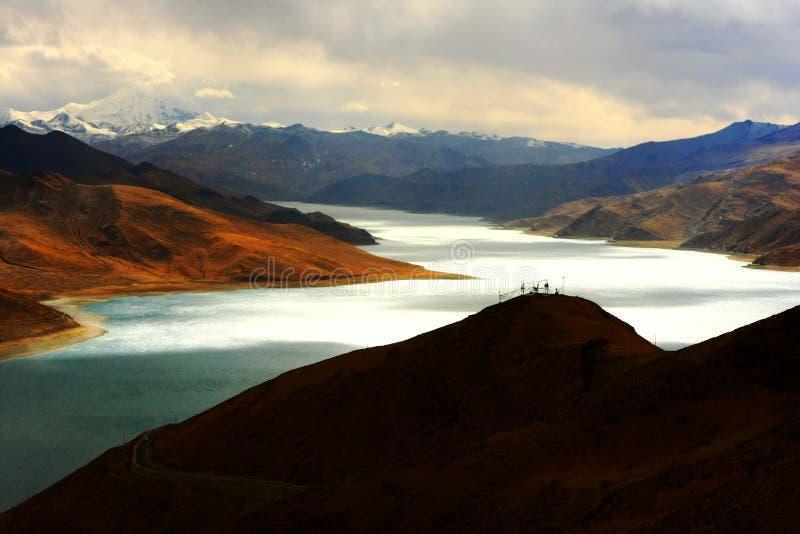 Paisaje del lago Yamdrok Yumtso fotos de archivo