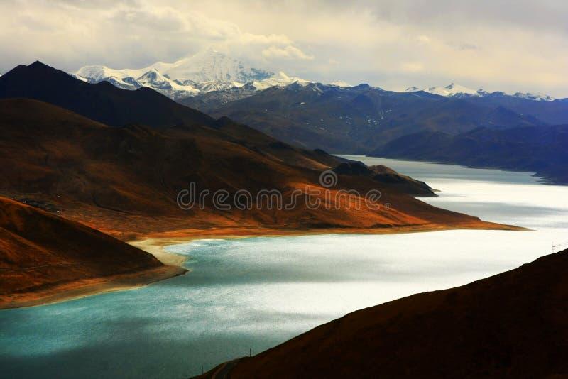 Paisaje del lago Yamdrok Yumtso imagen de archivo