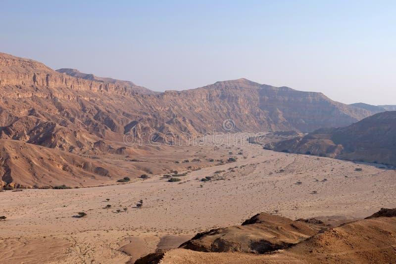 Paisaje del lecho de un río seco del desierto del Néguev fotos de archivo