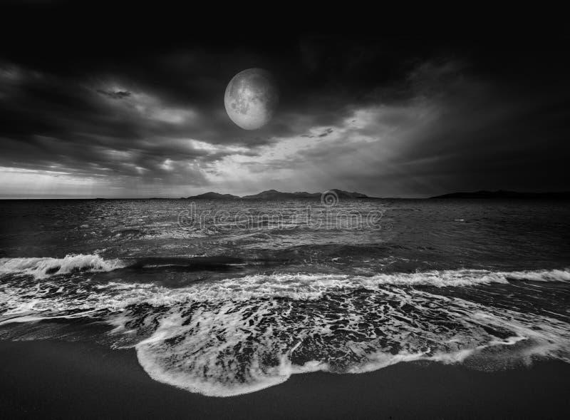 Paisaje Del Mar Con La Luna Foto De Archivo