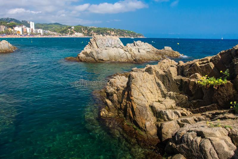 Paisaje del mar con los acantilados rocosos en el mar en Lloret de Mar fotografía de archivo libre de regalías