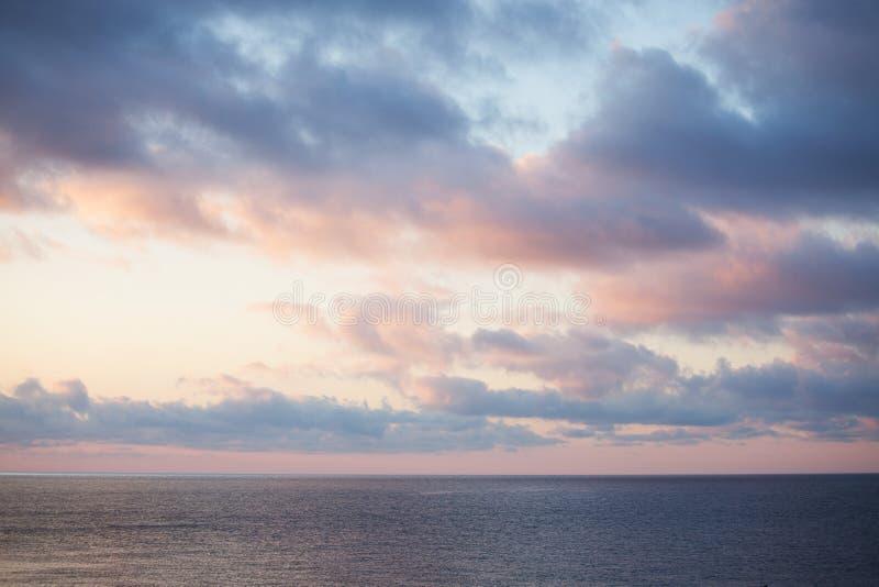 Paisaje del mar con un cielo nublado adentro imagenes de archivo