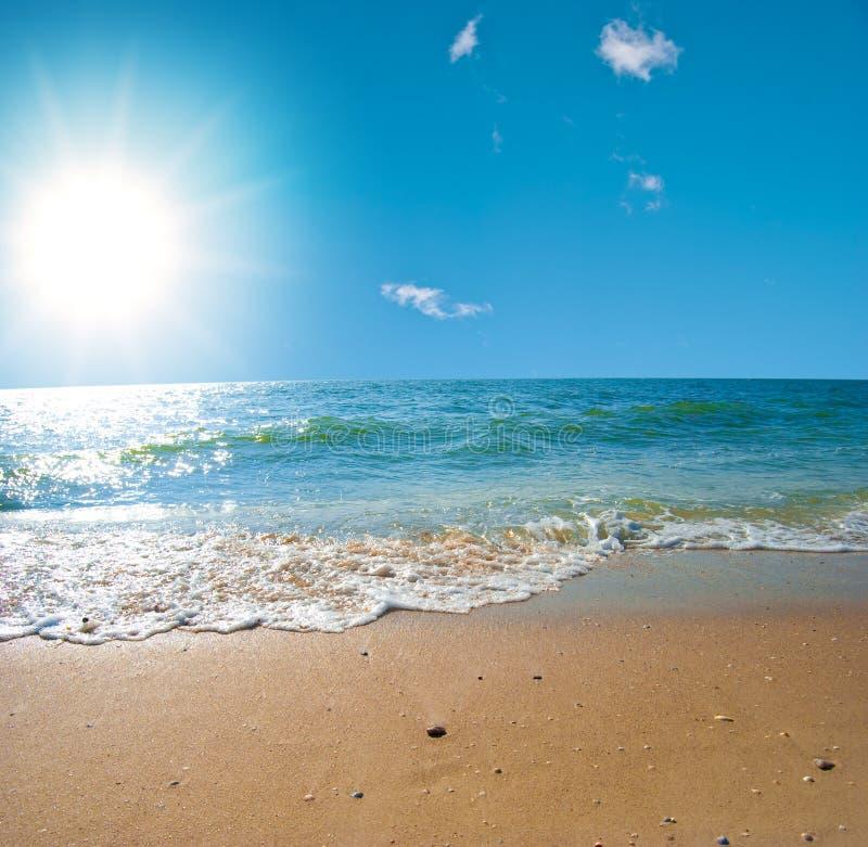 Paisaje del mar del verano con el cielo solar imagenes de archivo