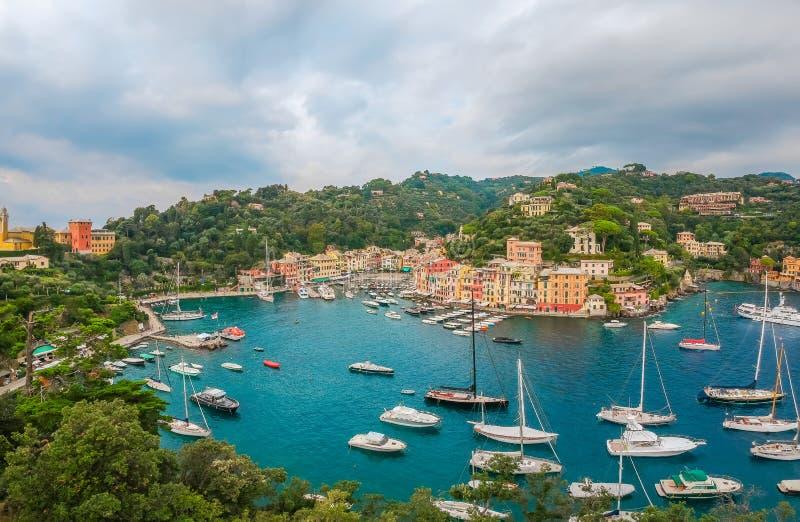 Paisaje del mar en Portofino, Liguria, Italia Pueblo pesquero esc?nico con las casas tradicionales y agua azul clara Vacaciones d foto de archivo libre de regalías