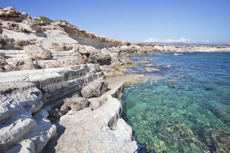 Paisaje del mar Mediterráneo Bahía de la pistola Paphos, Chipre foto de archivo libre de regalías