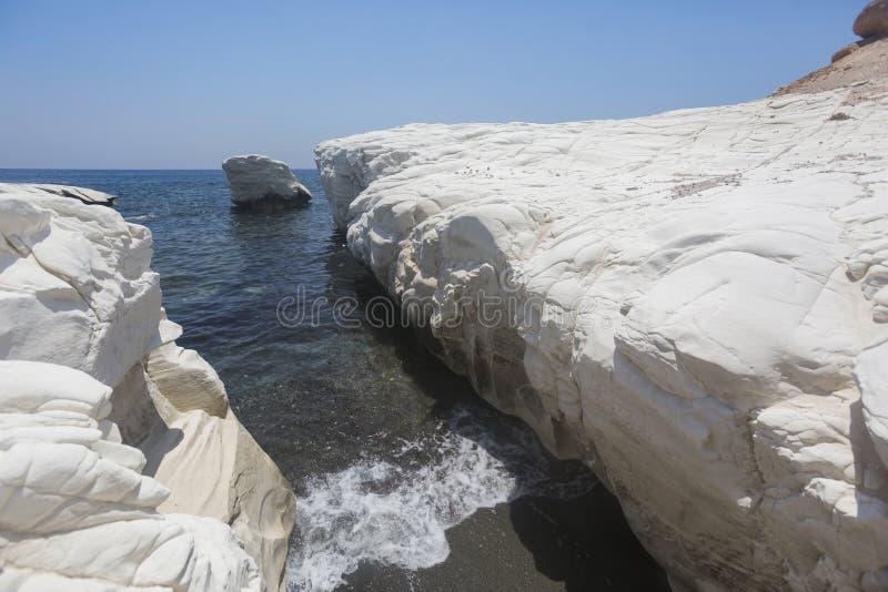 Paisaje del mar Mediterráneo El blanco oscila cerca de la playa del ` s del gobernador; foto de archivo libre de regalías