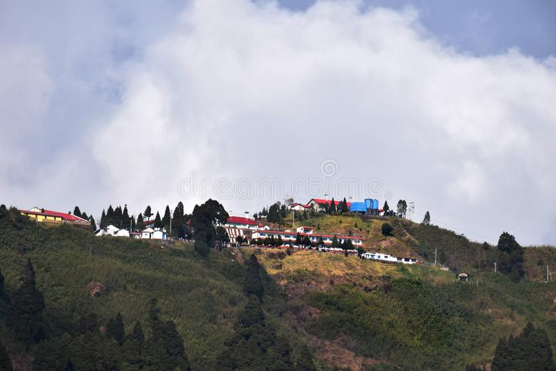 Paisaje del Mountain View con las nubes blancas foto de archivo
