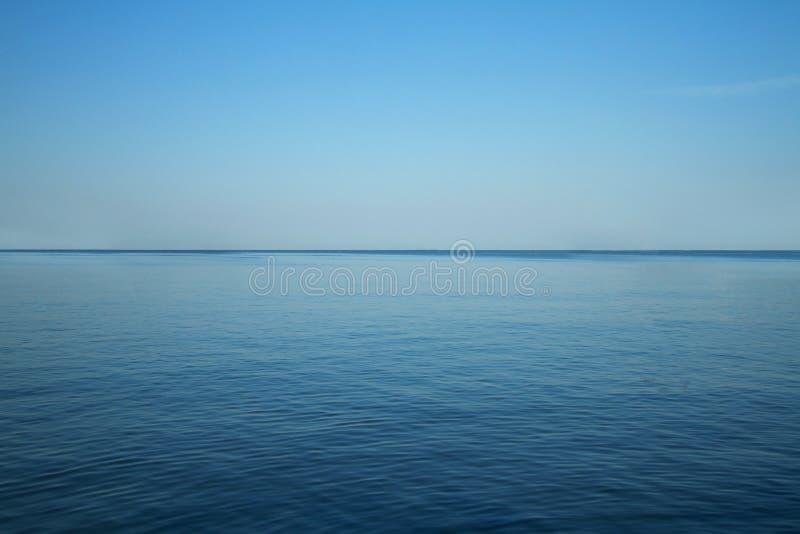 Paisaje del océano azul y del cielo claro foto de archivo libre de regalías