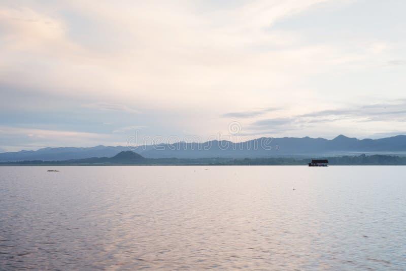 Paisaje del océano azul y del cielo claro imagenes de archivo