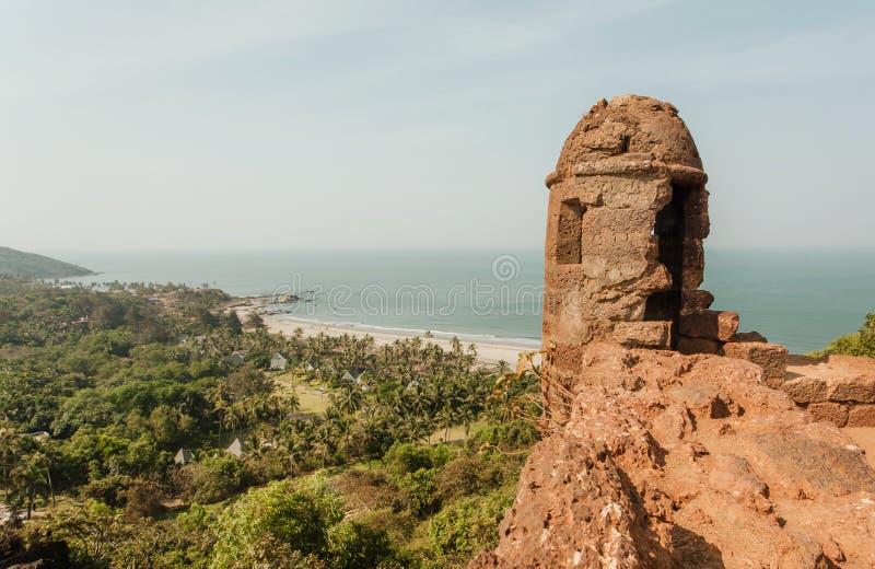 Paisaje del océano con las torres de piedra del fuerte de Chapora, de la playa arenosa larga y de la opinión natural de Goa del b imágenes de archivo libres de regalías