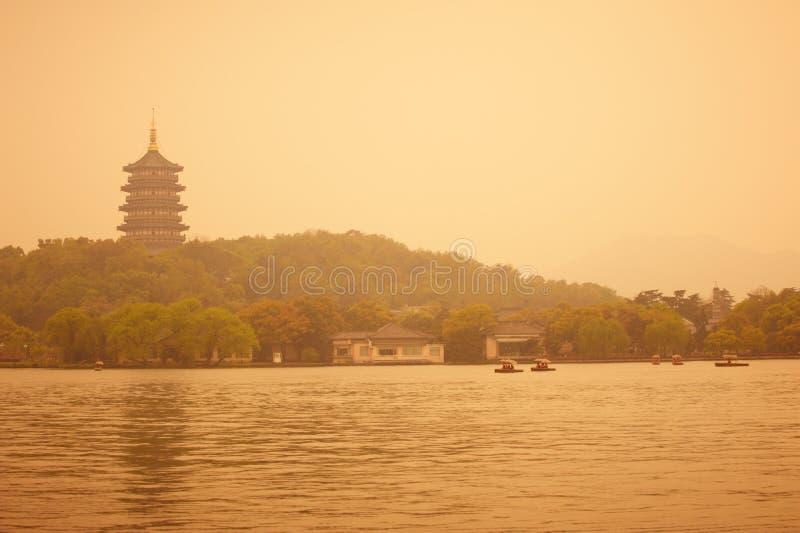 Paisaje del oeste hermoso del lago de Hangzhou, pagoda del leifeng en la puesta del sol imágenes de archivo libres de regalías