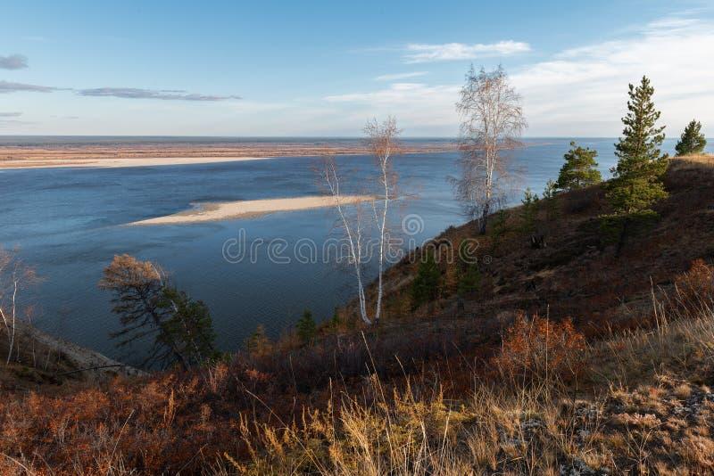 Paisaje del otoño con árboles y un río ancho imagenes de archivo