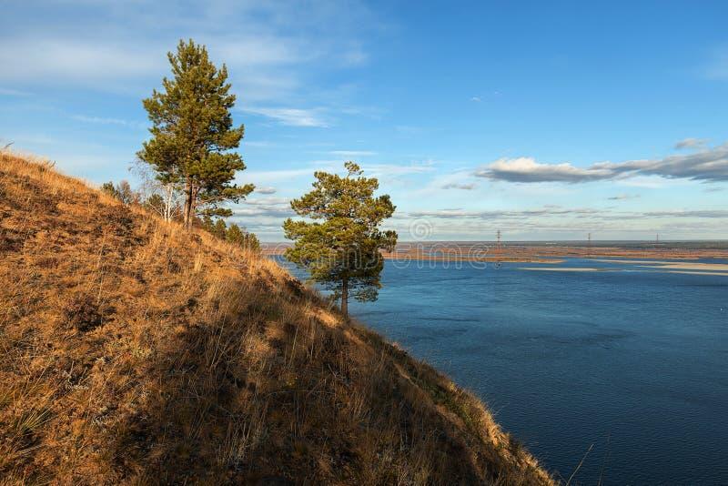 Paisaje del otoño con árboles y un río ancho fotografía de archivo libre de regalías