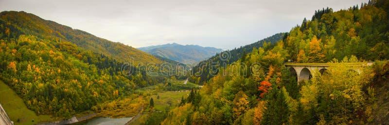 Paisaje del paisaje del otoño con el bosque colorido desde arriba de la presa de Izvorul Muntelui fotos de archivo