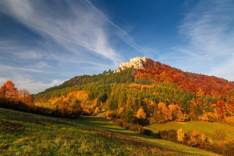 Paisaje del otoño con el castillo medieval Lietava fotos de archivo