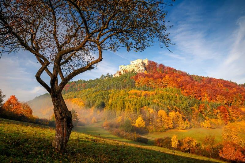 Paisaje del otoño con el castillo medieval Lietava imagen de archivo libre de regalías