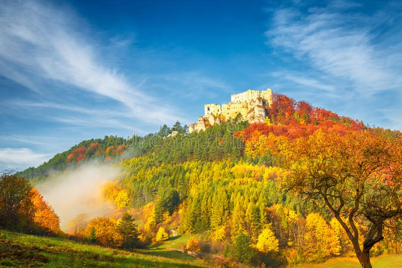 Paisaje del otoño con el castillo medieval Lietava cerca de la ciudad de Zilina imágenes de archivo libres de regalías