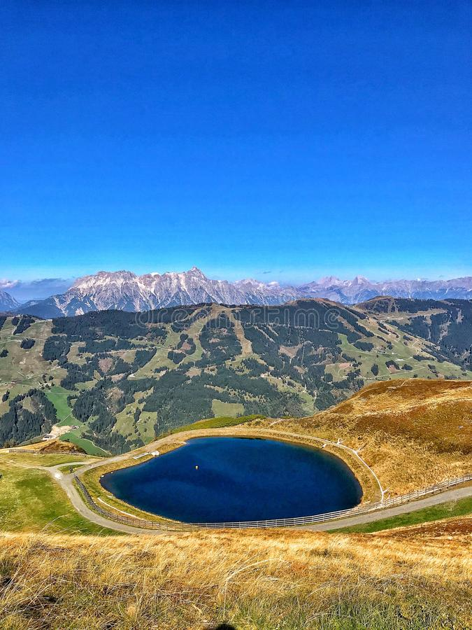 Paisaje del otoño con el lago en las montañas de los moutains imagen de archivo