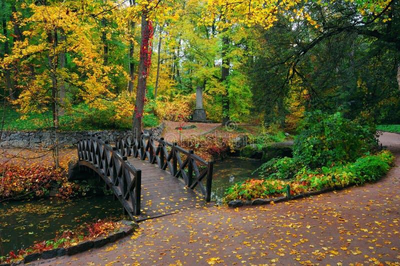 Paisaje del otoño con el río imagenes de archivo