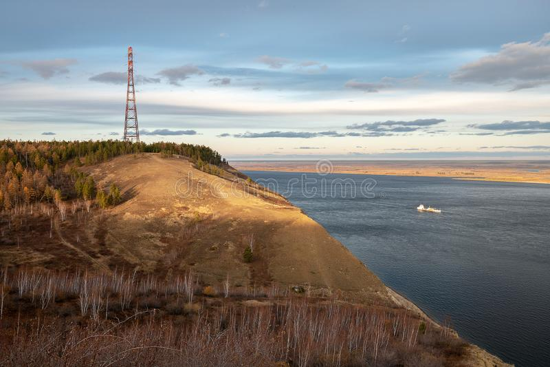 Paisaje del otoño con líneas eléctricas y un río ancho foto de archivo