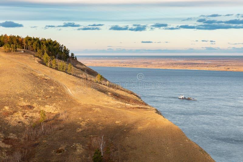 Paisaje del otoño con la colina y un río ancho fotografía de archivo libre de regalías