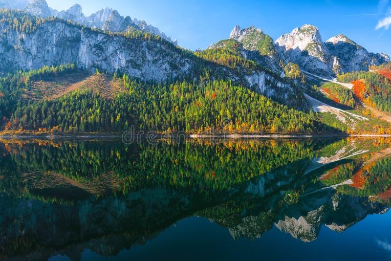 Paisaje del otoño con la cumbre de la montaña de Dachstein que refleja en crys fotografía de archivo libre de regalías