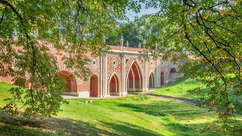 Paisaje del otoño con un viaducto fotos de archivo