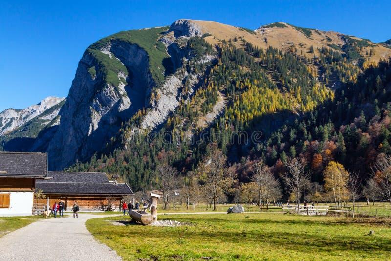 Paisaje del otoño de Engalm con el pueblo alpino Almdorf inglés, montañas tirolesas de Karwendel, Austria, el Tirol fotografía de archivo libre de regalías