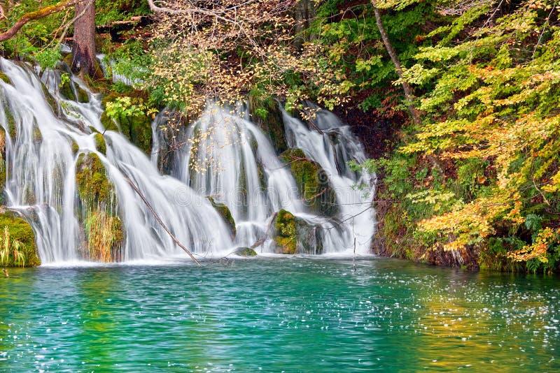 Paisaje del otoño de la cascada fotografía de archivo
