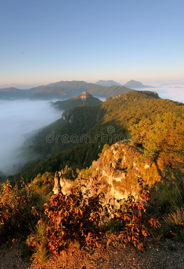 Paisaje del otoño de Sunrine en la roca de Eslovaquia, Sulov imagen de archivo