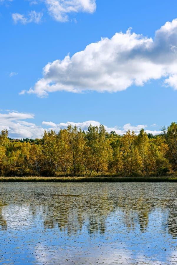 Paisaje del otoño del lago the Sun fotos de archivo libres de regalías