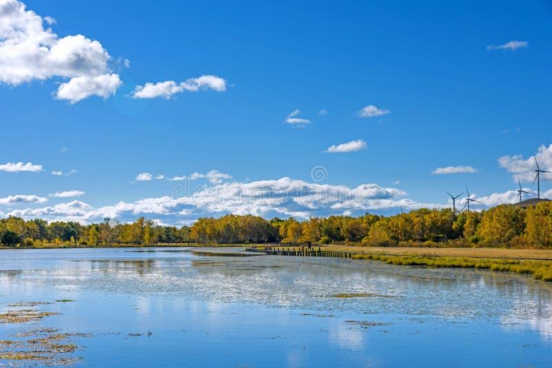 Paisaje del otoño del lago the Sun imagenes de archivo