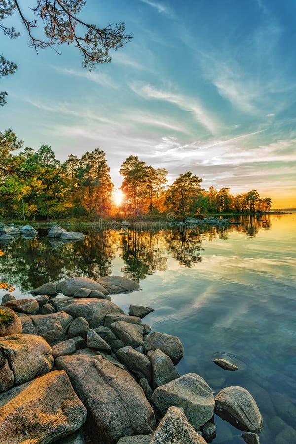 Paisaje del otoño en el lago en el tiempo de la puesta del sol fotos de archivo