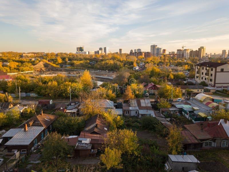 Paisaje del otoño en la ciudad del lado del ghetto con el ol foto de archivo