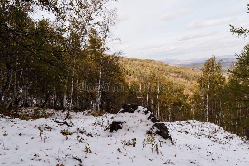 Paisaje del otoño en las montañas con la primera nieve fotografía de archivo