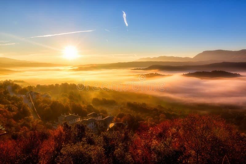 paisaje del otoño para arriba temprano con niebla en Zagorochoria, Epirus Grecia imagenes de archivo
