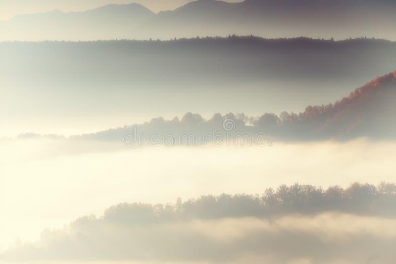 paisaje del otoño para arriba temprano con niebla en Zagorochoria, Epirus Grecia fotos de archivo