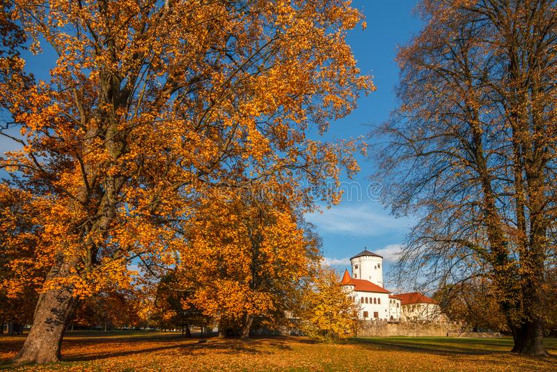 Paisaje del otoño, parque Budatin Zilina próximo, Eslovaquia del castillo foto de archivo
