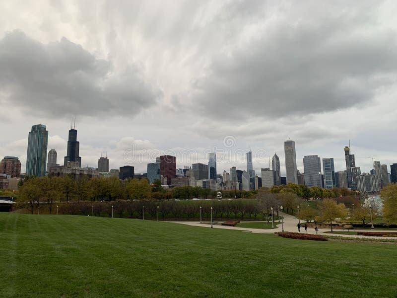 Paisaje del otoño por el lago en Chicago, prados verdes fotos de archivo libres de regalías