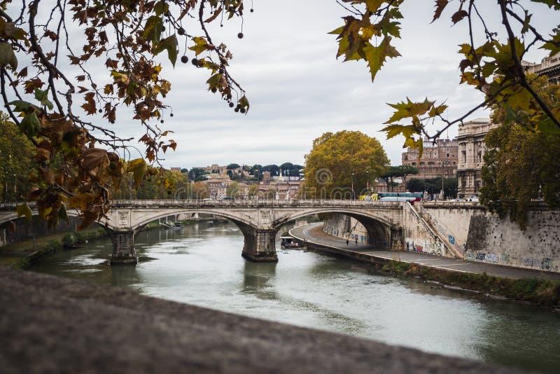 Paisaje del otoño sobre el río Tevere en Roma fotos de archivo