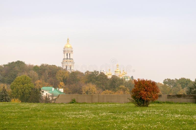 Paisaje del otoño, vista de Kiev Pechersk Lavra, iglesia ucraniana fotos de archivo libres de regalías