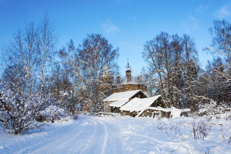Paisaje del país con una iglesia arruinada en un día de invierno escarchado fotos de archivo libres de regalías