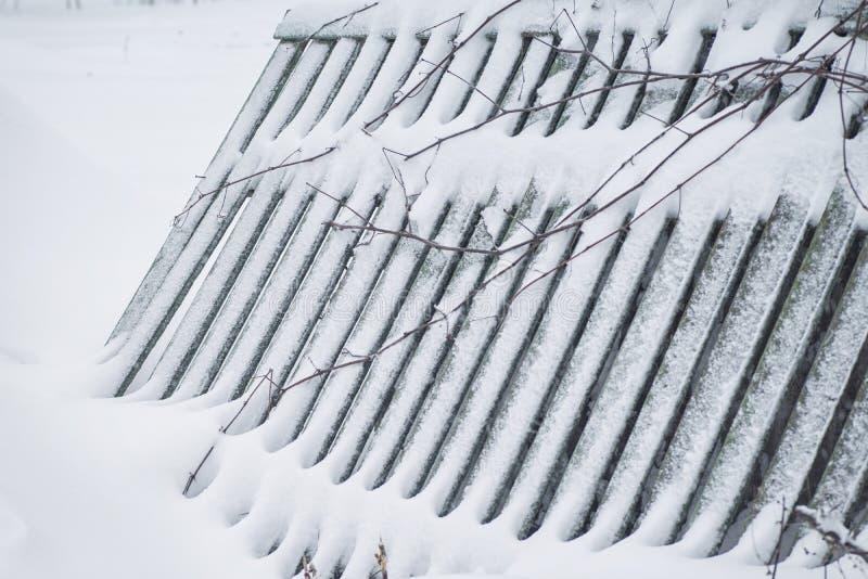 Paisaje del pa?s del invierno con la cerca de la madera Paisaje del invierno Invierno de la estaci?n La cerca de madera es sensib imagen de archivo