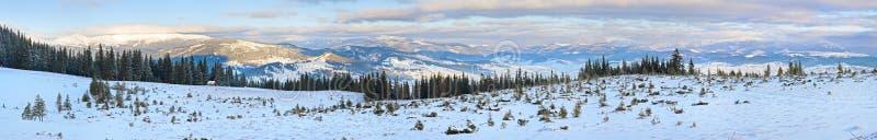 Paisaje del panorama de la montaña de la salida del sol del invierno imágenes de archivo libres de regalías