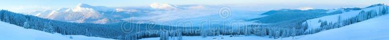 Paisaje del panorama de la montaña del invierno. fotos de archivo