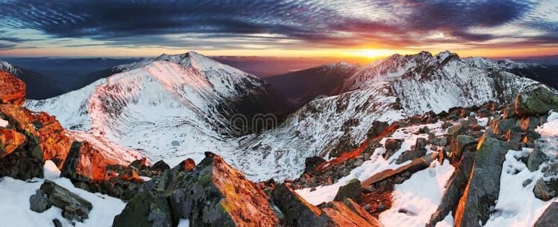 Paisaje del panorama de la montaña del invierno - puesta del sol, Eslovaquia imagen de archivo libre de regalías