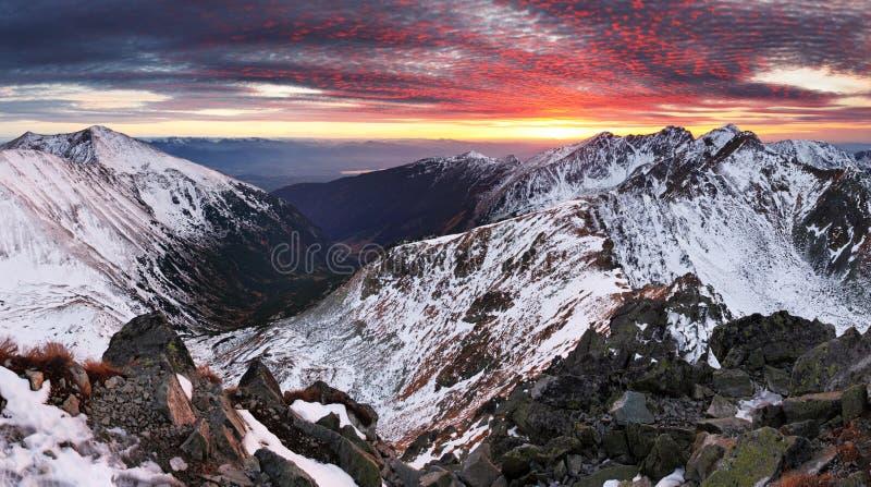 Paisaje del panorama de la montaña del invierno - puesta del sol, Eslovaquia foto de archivo