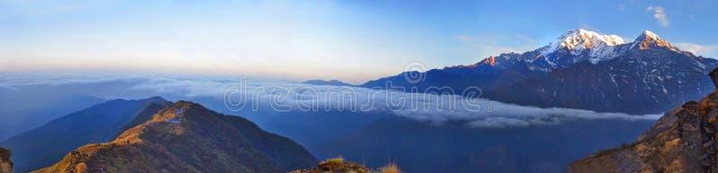 Paisaje del panorama de la montaña en Himalaya Ridge sobre las nubes fotografía de archivo libre de regalías