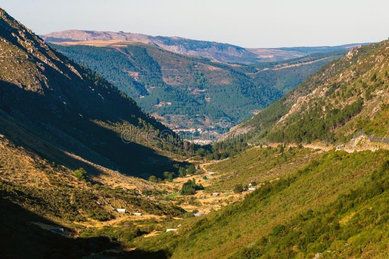 Paisaje del panorama de la monta?a del valle de Green River Rio Zezere en puesta del sol Portugal, estrela de Serra DA imagen de archivo libre de regalías